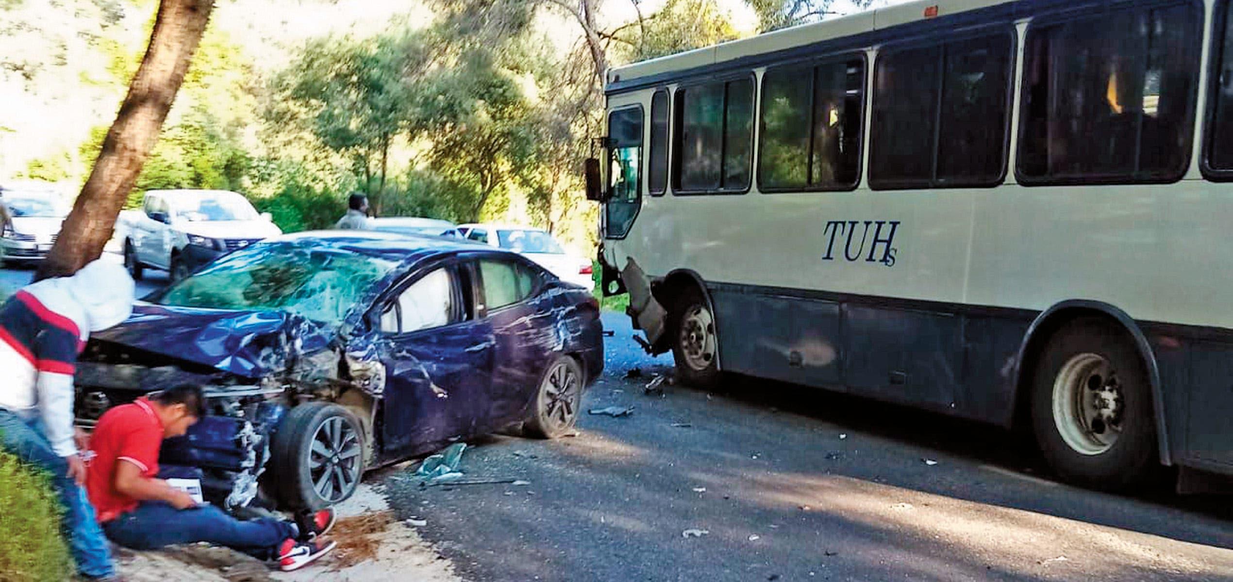 Jóvenes en un auto invaden carril de la carretera federal y chocan contra autobús