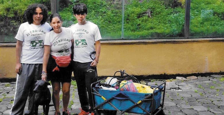 Paty y sus hijos Alan e Ian listos para trabajar en el Parque Chapultepec.
