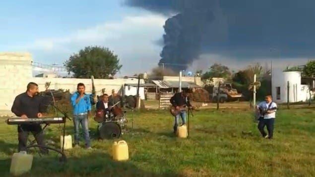 """Durante elincendio de un ducto de Pemex, una agrupación graba""""La cumbia del huachicol"""""""