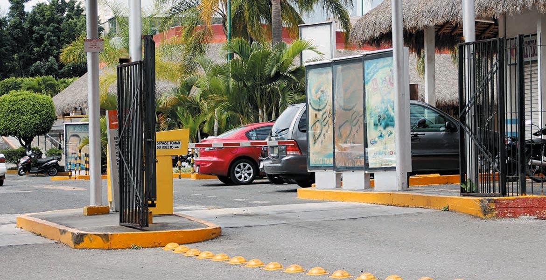No aplican. El diputado Carlos Alaniz asegura que Cuernavaca es uno de los municipios que aún no ha aplicado la ley que prohíbe cobrar por estacionarse en plazas y centros comerciales