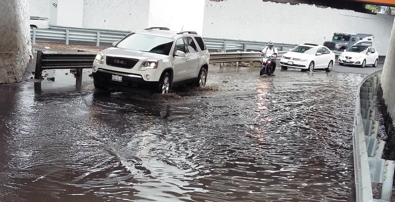 Obstáculo. La basura es el principal factor de las pequeñas inundaciones que se han presentado en avenidas y calles de la ciudad.