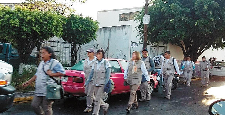 Labores. Brigadistas en Cuernavaca apoyaron las tareas de descacharrización en viviendas.