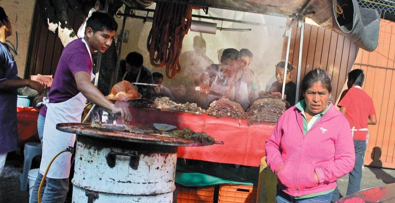 Cuidado. Autoridades recomiendan tener precaución con los alimentos que se ingieren, sobre todo los que se expenden en la calle.