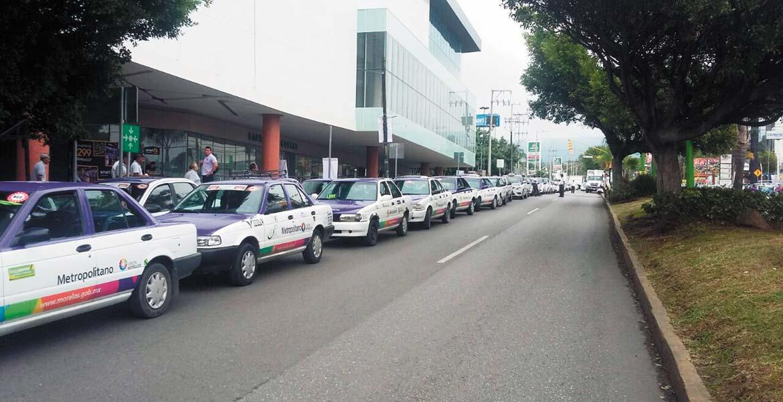 Presión. Choferes de taxis adheridos al Nuevo Grupo Sindical bloquearon la avenida Domingo Diez para conseguir la exclusividad del servicio en una plaza comercial.