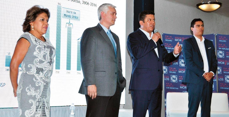 """Evento. El diputado federal Javier Bolaños acompañado por su homólogo Jorge Ramos, durante el foro """"Por un Morelos Seguro"""""""