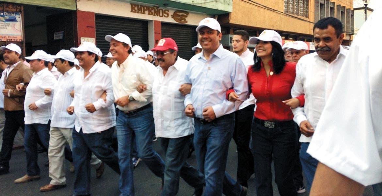 Postura. El diputado federal Javier Bolaños estuvo presente en el desfile por la conmemoración del Día del Trabajo.