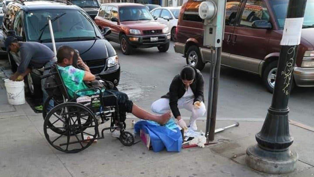 Enfermera sana heridas a hombre en situación de calle y se vuelve viral