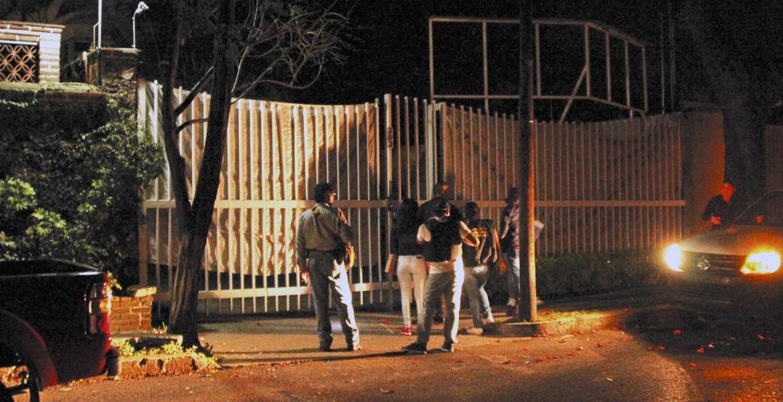 Operativo. Policías de Investigación Criminal acudieron al lugar luego de la denuncia hecha por algunos vecinos.