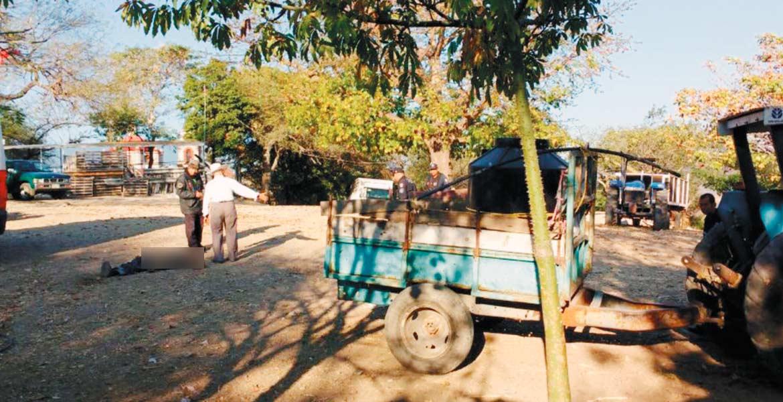 El deceso. Pedro murió al ser aplastado por su tractor, tras perder el equilibrio y caer accidentalmente, cuando trabajaba en la colonia El Calvario, en Mazatepec.