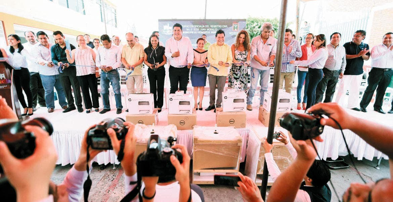 Evento. El secretario de Gobierno, Matías Quiroz Medina, entregó equipo tecnológico para mejorar la atención ciudadana, agilizar trámites y otorgar servicios expeditos.