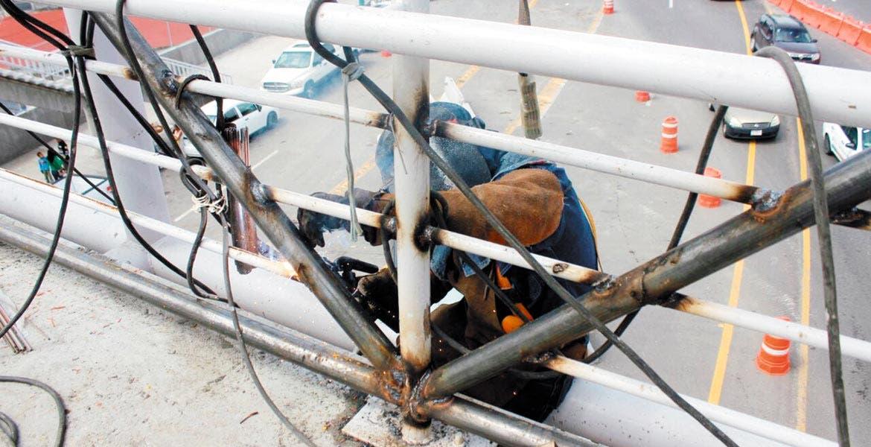 Reforzamiento. Los trabajadores colocaron varillas para dar mayor estabilidad a los puentes que cruzan el Paso Express