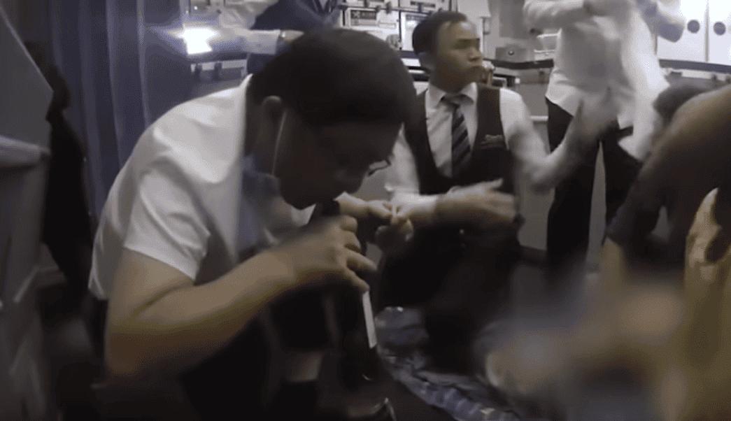 Médico succiona un litro de orina a pasajeroen pleno vuelo