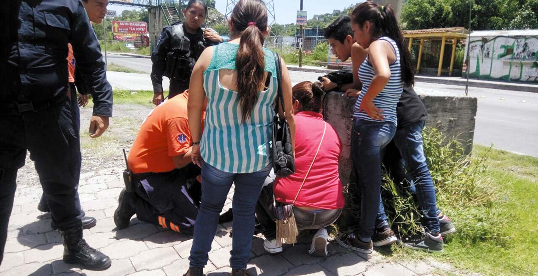 Atención. Un menor fue arrollado por una camioneta en la carretera federal Cuernavaca–Cuautla, cuando se dirigía a una secundaria en la colonia El Texcal, de Jiutepec.