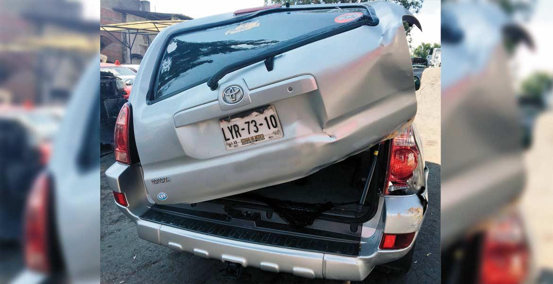 Incidente. Sólo daños materiales dejó el accidente, en el que un pequeño movió la palanca del vehículo, provocando que éste se moviera.