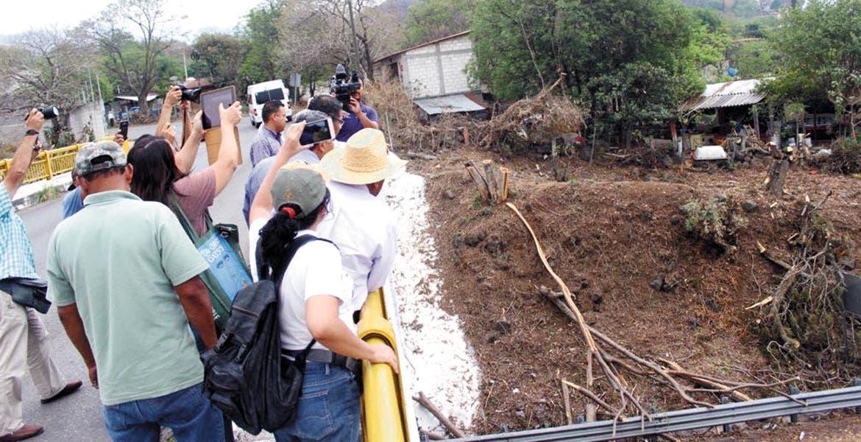 Reunión. Ricardo Robledo Chávez, subsecretario de Gobierno, recorrió junto con pobladores la zona de ampliación de la autopista, quienes le hicieron saber sobre la inquietud de los árboles talados.