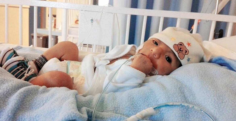 Esperanza. Óscar, de 2 meses, se aferra a la vida, pues la mayor parte de su intestino tuvo que ser extirpado y se alimenta sólo mediante una sonda.