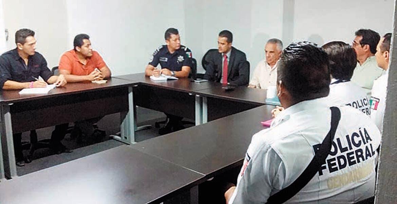 En conjunto. Miembros de la Gendarmería se reunieron ayer con integrantes del Consejo Ciudadano de Seguridad .