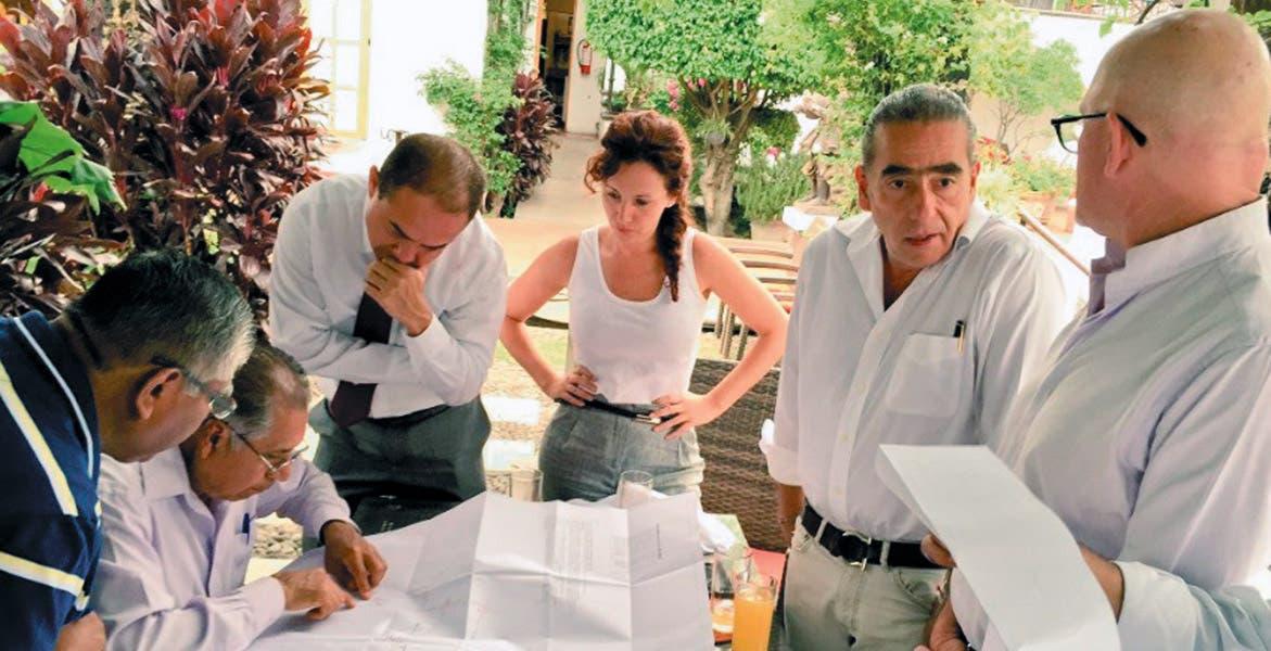 La titular de la Secretaría de Turismo, Mónica Reyes Fuchs, se reunió con empresarios, funcionarios de la CFE y el autoridades municipales, para revisar el proyecto de electrificación subterránea en el Pueblo Mágico.