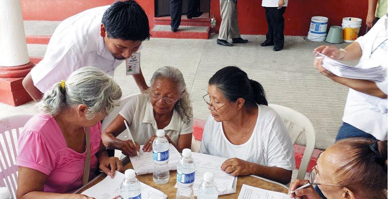 Programa. Jóvenes y adultos mayores son apoyados para que concluyan sus estudios de primaria y secundaria.