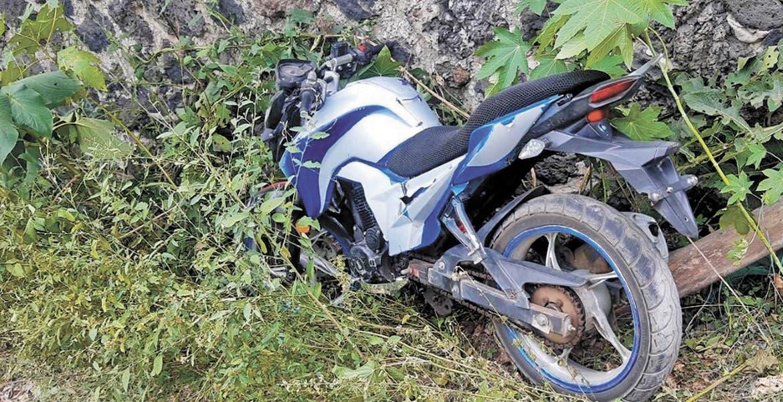 Abandonan moto en carretera local de Tepoztlán