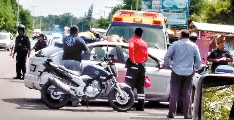 Encontronazo. Debido al impacto uno de los hombres salió proyectado de la moto y acabó lesionado en el toldo del coche.