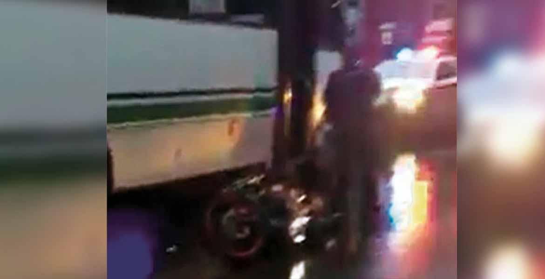 Atención. Un joven resultó lesionado al ser arrollado por una Ruta 12 que jugaba 'carreritas' con otra unidad, en la avenida Morelos entre las calles Hidalgo y Rayón, del Centro de Cuernavaca.
