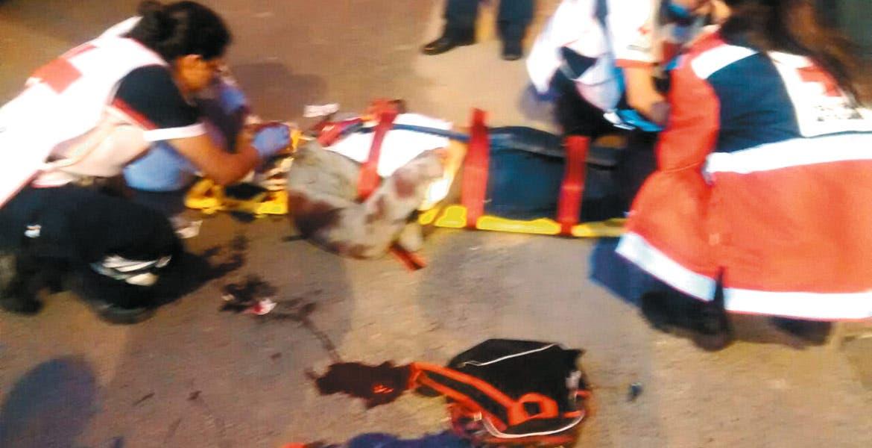 Auxilio. El joven cayó en avenida Plan de Ayala, donde fue atendido por paramédicos.