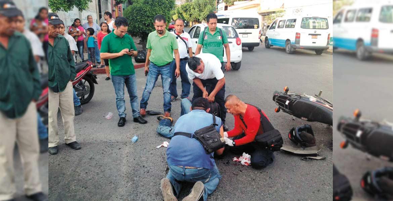 Percance. Ángel fue atendido por paramédicos tras resultar lesionado al chocar contra una camioneta y rebotar, cuando viajaba en su moto por la colonia Emiliano Zapata.