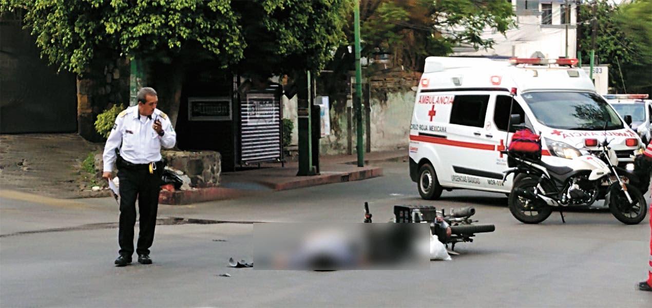 Muere motociclista al chocar contra autobús en Cuernavaca