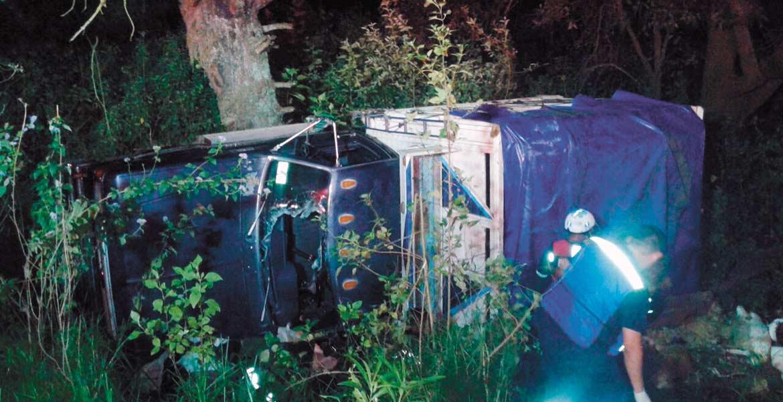 Diligencias. Un hombre murió prensado en su camioneta, luego de que perdiera el control del vehículo, se saliera del camino y volcara, cuando circulaba por la carretera Oaxtepec-Xochimilco, a la altura de la colonia Felipe Neri, de Tlalnepantla.