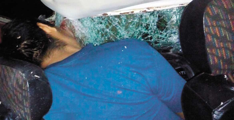 Percance. Un hombre murió prensado al chocar en su Combi contra un árbol.