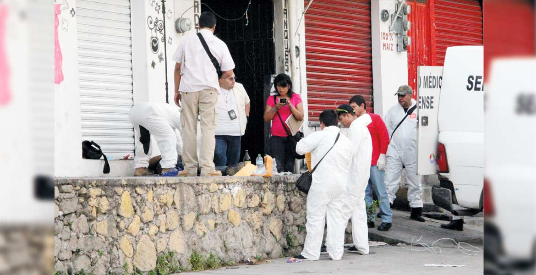 El crimen. Un señor dedicado a reparar radiadores fue asesinado de un balazo en la cabeza, tras ser emboscado por dos sujetos armados, cuando se encontraba consumiendo unas cervezas afuera de su casa en la colonia Alta Vista, de Cuernavaca.
