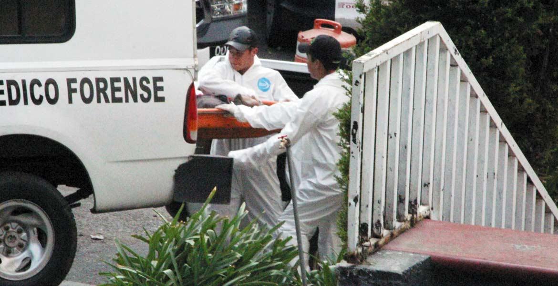 Pesquisas. Peritos del Semefo acudieron a la Secretaría de Seguridad Ciudadana y llevaron a cabo el levantamiento del cadáver del joven que murió en una patrulla