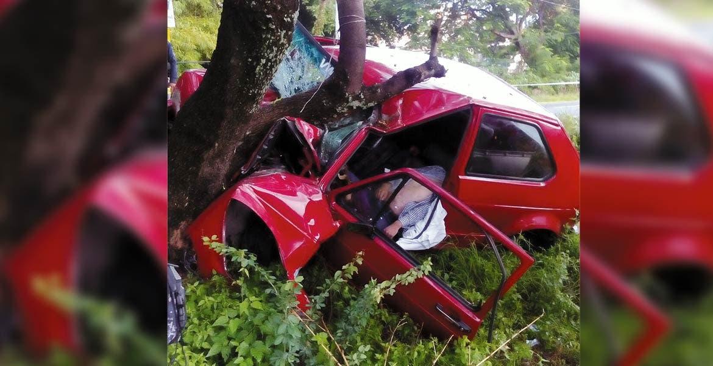 Percance. Un sujeto murió al chocar su auto contra un árbol a la altura del campo las Victorias, de Yautepec, presuntamente debido al estado etílico en que se encontraba.