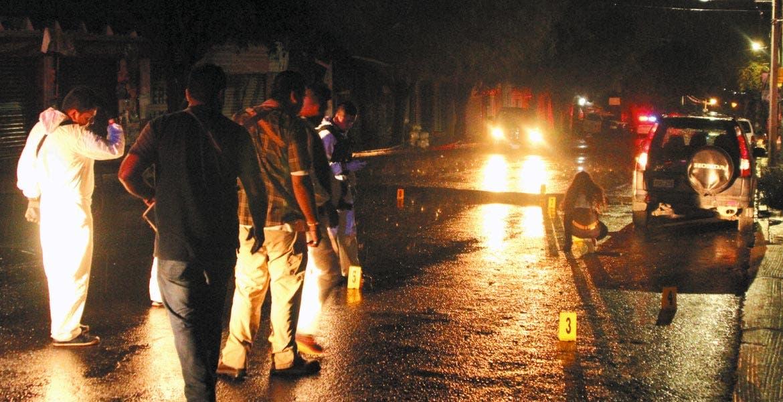 Escena. Elementos del Servicio Médico Forense acordonaron la zona para tomar pruebas; hallaron 10 casquillos.