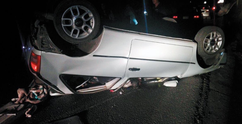 Accidente. Un hombre murió y otro resultó lesionado, tras volcar el auto en donde viajaban en la carretera La Pera-Cuautla, en la colonia Tehuixtlera, de Yautepec.