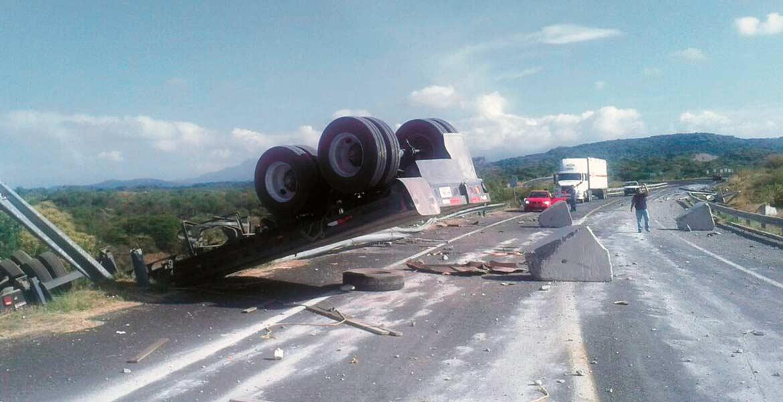 El vehículo. La plataforma del tráiler quedó inclinada sobre parte de la carretera, tras caer en un desnivel al salirse de la autopista Siglo XXI en Temoac.