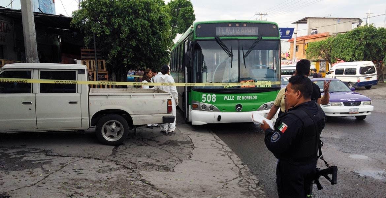 Crimen. Un señor fue asesinado de un balazo en el pecho al oponerse a ser despojado de sus pertenencias durante el asalto a un autobús de la línea Verdes de Morelos, en la la carretera Zapata–Zacatepec, a la altura del poblado de San Miguel 30, en Tlaltizapán.