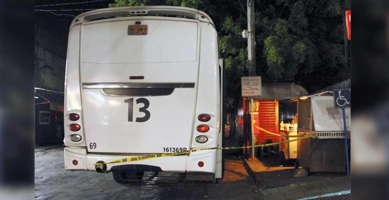 El ataque. Dos pasajeros murieron al ser atacados a navajazos por dos sujetos armados que asaltaron una Ruta 13, luego de que se opusieran al atraco cuando la unidad circulaba por bulevar Cuauhnáhuac, entre Tizoc y Pemex, en Cuernavaca.