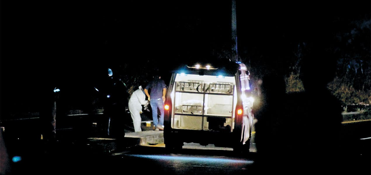 En Jojutla mueren 2 hombres tras caer de moto