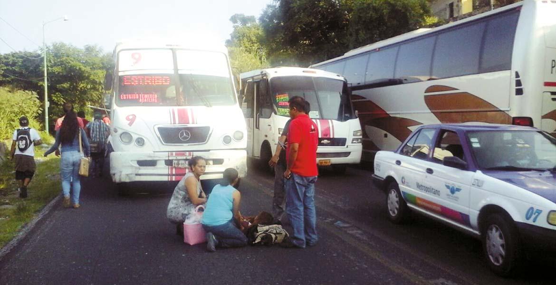 Percance. Una mujer resultó lesionada al ser atropellada por una Ruta 9 guiada a exceso de velocidad, cuando caminaba por la carretera Cuernavaca-Acapulco, a la altura de la colonia Adolfo López Mateos, de Cuernavaca.