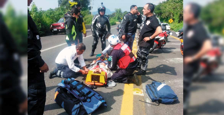 Atención. Una mujer quedó lesionada al derrapar en su moto, luego de que perdiera el control cuando circulaba por la carretera Oaxtepec-Xochimilco, en Nepopualco.