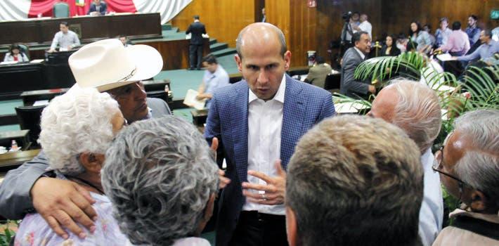 Compromiso. En medio de la sesión, el legislador Jaime Álvarez Cisneros se dio tiempo para atender a un grupo de personas de la tercera edad. También aseguró que en el estado hay condiciones para aplicar el programa de un día sin auto.