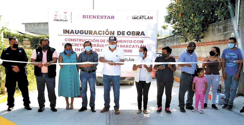 Inauguran obra de una calle en Miacatlán