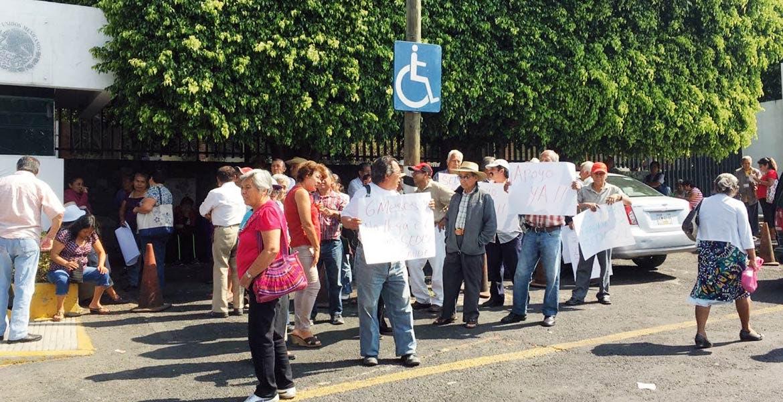 Denuncia. Integrantes de organizaciones ciudadanas se manifestaron en Sedesol, en reclamo porque aún no tenían el pago de la pensión.