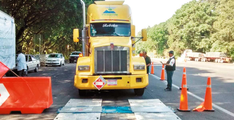 Inspección. Quince camiones en promedio revisan cada dos días para evitar que circulen por Morelos con exceso de carga o mecánicamente mal.