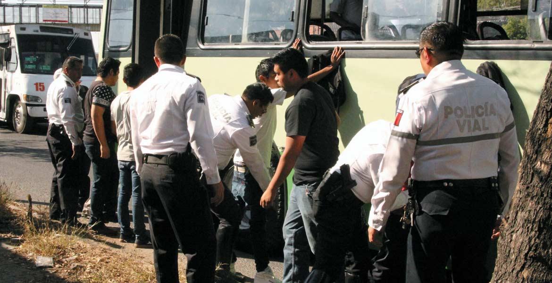 Inspección. Agentes viales realizaron un operativo en rutas para evitar asaltos, por lo que revisaron a los pasajeros en busca de armas, drogas u objetos ilícitos.