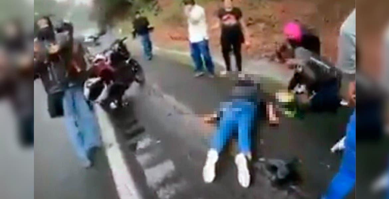Ayuda. Una pareja quedó herida al derrapar en su moto.