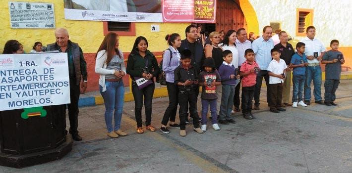 Entrega. Niños y adolescentes durante la recepción de los pasaportes, cuyo trámite fue apoyado por la Dirección de Asuntos Migratorios de la comuna de Yautepec
