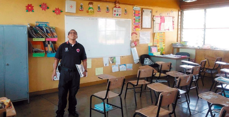 Inspección. Protección Civil y Bomberos revisaron una escuela por una fuga de gas.